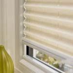 Πλισέ πάνω σε παράθυρο σε ιβουάρ απόχρωση